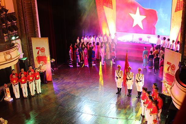 Lễ chào cờ hoành tráng trong lễ trao giải tại Nhà hát lớn Hà Nội, được truyền hình trực tiếp trên VTV 1