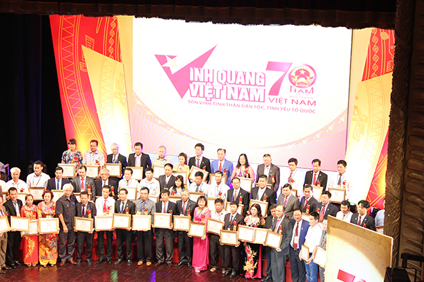 Doanh nhân Nguyễn Bá Toàn và các doanh nhân khác nhận bằng khen từ Đảng và Nhà nước