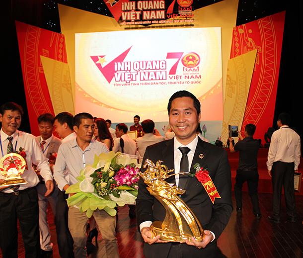 Doanh nhân Nguyễn Bá Toàn chụp ảnh cùng với Tượng vàng Thánh Gióng do Thủ Tướng chính phủ Nguyễn Tấn Dũng trao tặng