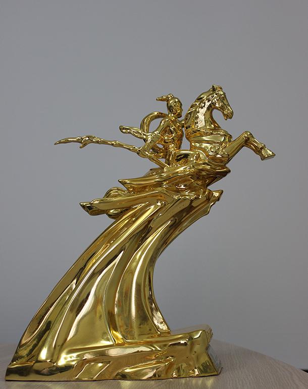 Tượng vàng Thánh Gióng cao 35 cm, nặng 8kg, đúc bằng đồng và mạ vàng