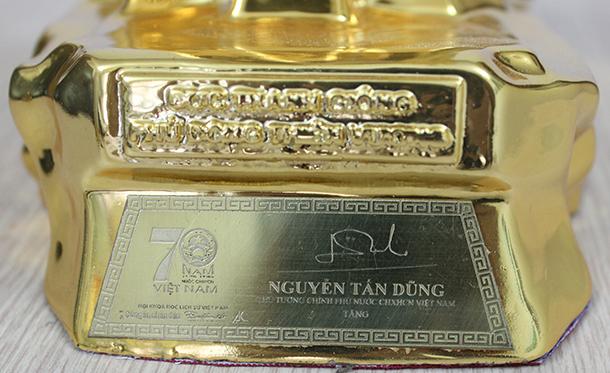 Chân đế của tượng vàng Thánh Gióng có chữ ký đề tặng của Thủ tướng chính phủ Nguyễn Tấn Dũng