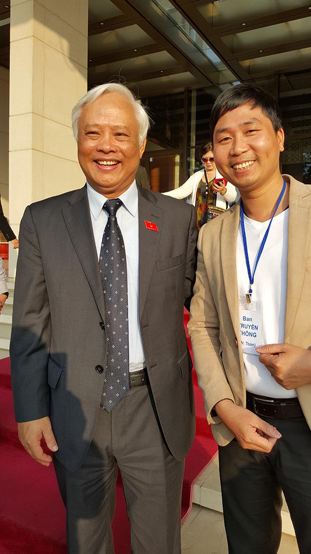 Anh Toàn chụp ảnh riêng với bác phó chủ tịch quốc hội Uông Chu Lưu trước Tòa nhà Quốc Hội - Gương mặt rạng ngời