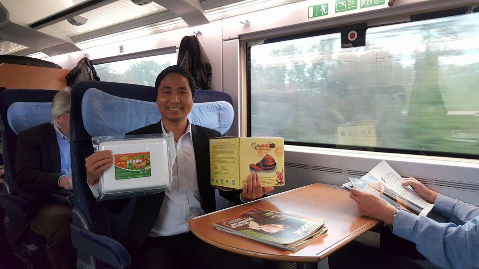 Hành trình đi tàu điện để đến với Chợ Đồng Xuân tại thủ đô Béc Lin là khu chợ lớn nhất của người Việt tại Châu Âu.